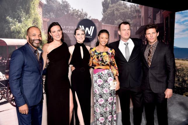 Jonathan Nolan e Lisa Joy alla prima di Westworld col cast della serie