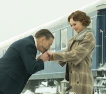 Kenneth Branagh bacia le mani di Daisy Ridley