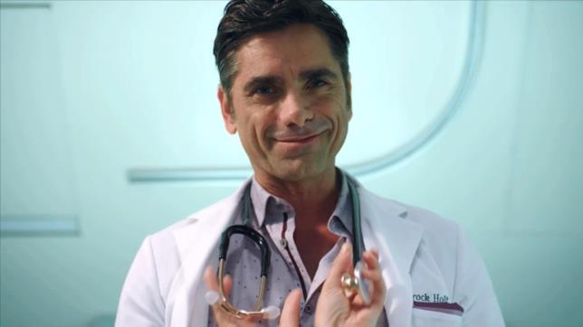 Il dottor Brock Holt di Scream Queens 2 fa un sorriso