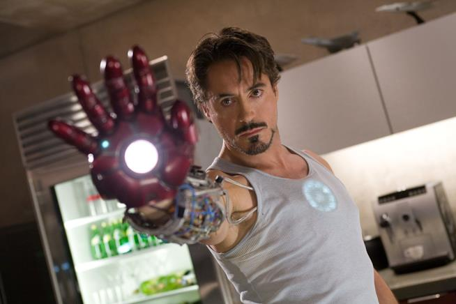 Robert Downey Jr. è Tony Stark in una scena di Iron Man