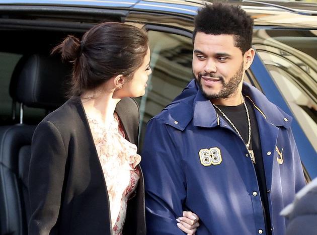 Selena Gomez e The Weeknd avvistati mentre scendono dall'auto