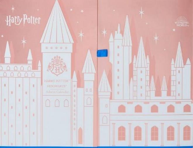 Il box rosa e bianco del Calendario dell'Avvento a tema Harry Potter prodotto da Boots.