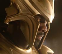 Un primo piano di Idris Elba nei panni di Heimdall