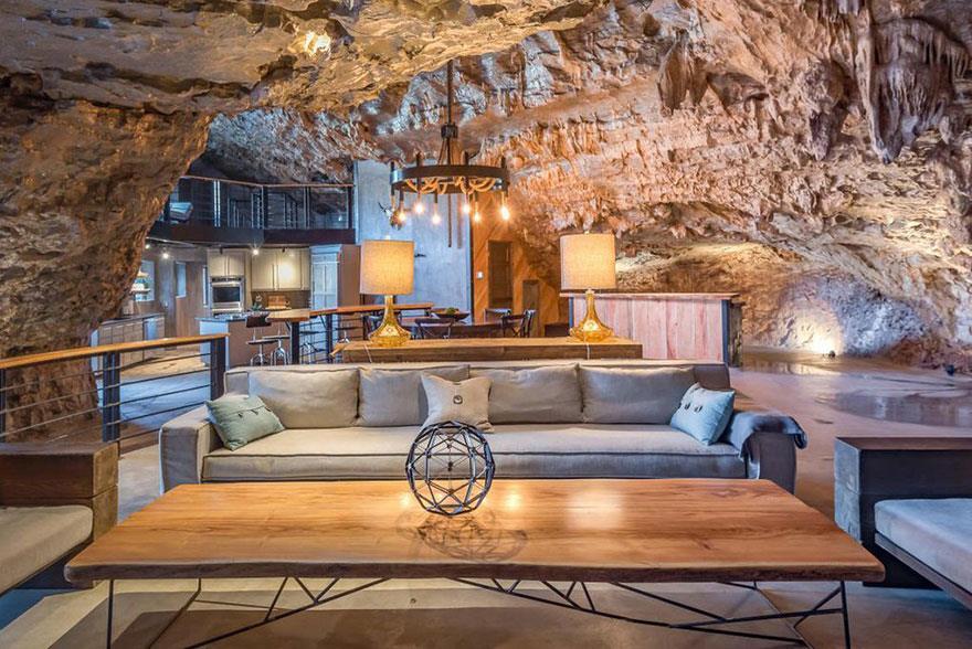 L'interno della Beckam Creek Cace Lodge: primo piano del divano e dell'angolo cucina