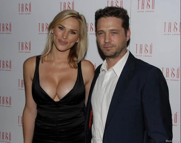 Jason Priestley a un evento ufficiale con la moglie Naomi