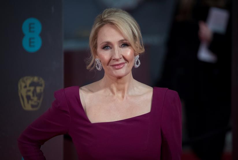 J.K. Rowling sorridente con la mano sul fianco