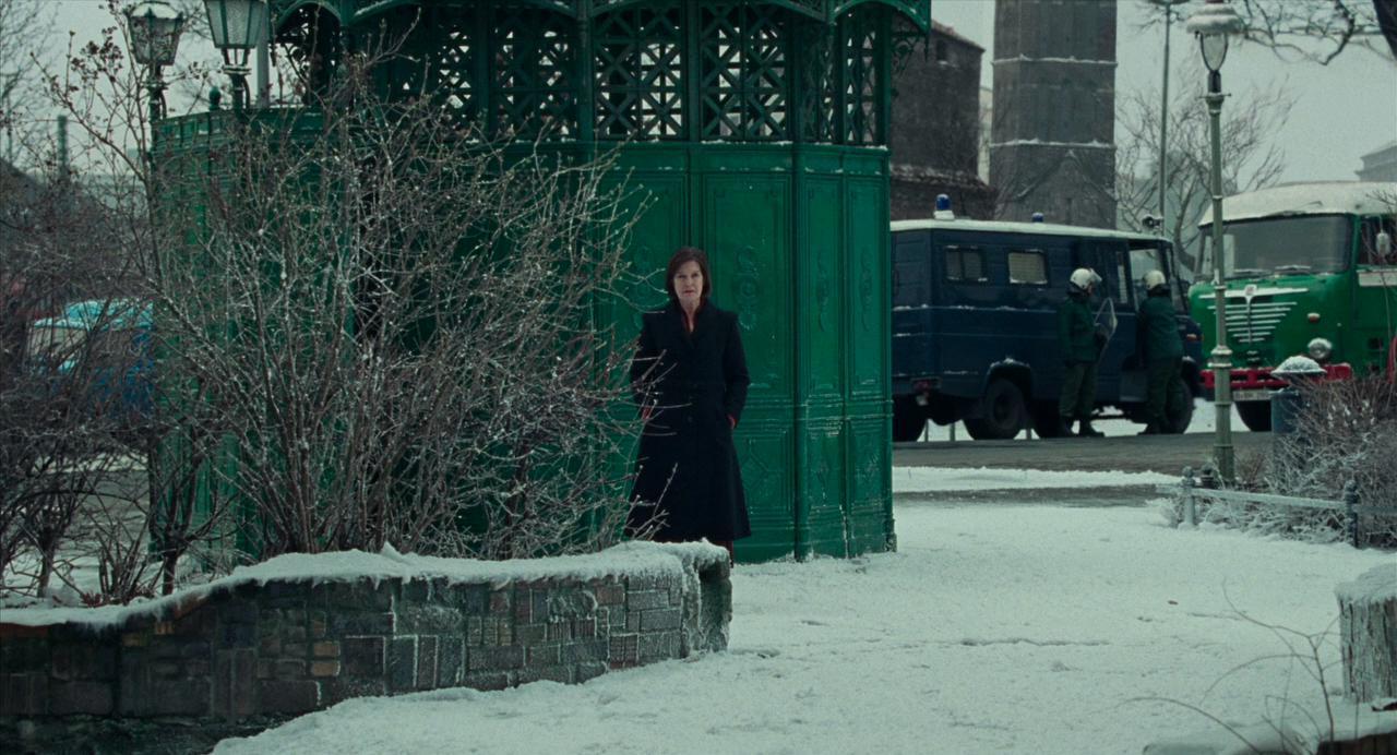 Miss Tanner da lontano osserva in mezzo alla neve