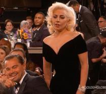 Golden Globes, la reazione di Leonardo DiCaprio allo scontro con Lady Gaga diventa virale