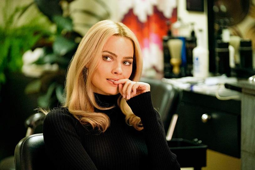 Margot Robbie nei panni di Sharon Tate in una scena del film