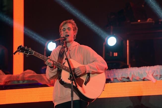 Justin Bieber si esibisce sul palco