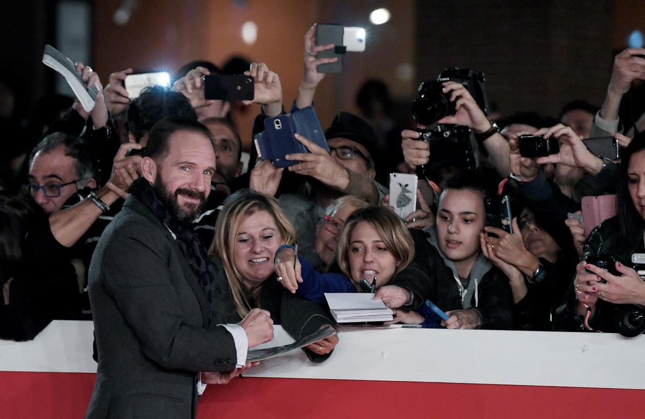 Ralph Fiennes con i fan alla Festa del Cinema di Roma