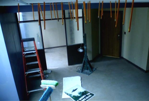 """Nell'episodio 5x10 (""""Chinga"""") Mulder, preso dalla noia, aveva lanciato delle affilatissime matite contro il soffitto. Indovinate? Esatto, sono ancora lì."""