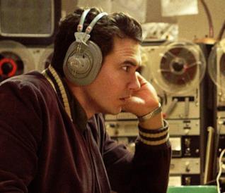 Jake Anderson mentre ascolta i nastri sui quali registra le conversazioni di Lee Harvey Oswald