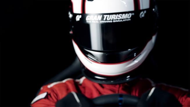 Un pilota con il casco della serie Gran Turismo