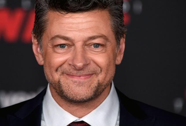 Andy Serkis sorridente in primo piano