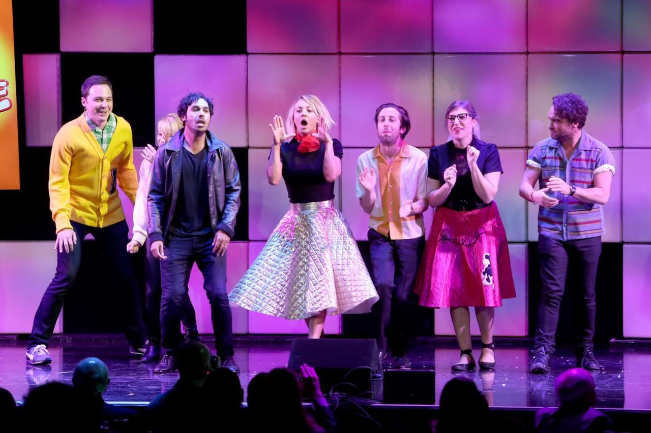 Il cast al completo di The Big Bang Theory all'evento A Nigth at Sardi's.