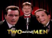 Charlie Sheen, Angus T. Jones e Jon Cryer nella serie originale di Due uomini e mezzo