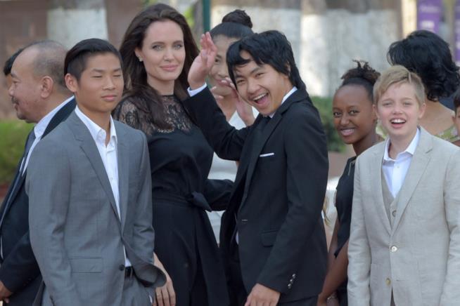 Angelina Jolie in Cambogia con i suoi figli