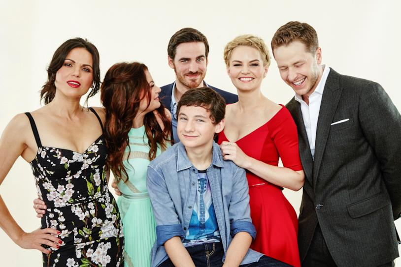 Il cast di C'era Una Volta in posa per una foto di gruppo