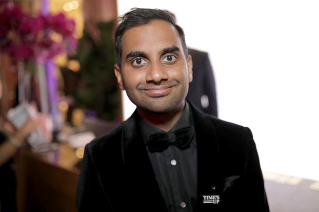 Aziz Ansari in primo piano