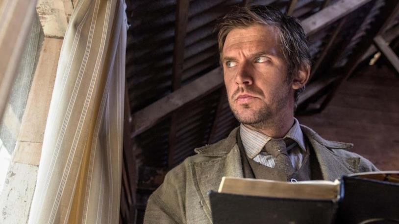 Thomas Richardson è interpretato da Dan Stevens