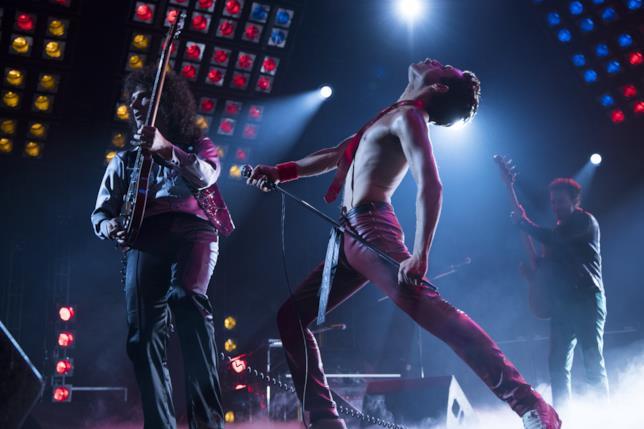 Freddie Mercury canta in una scena del film