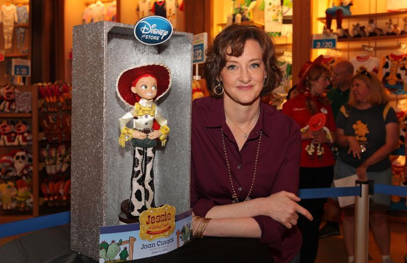 L'attrice Joan Cusack insieme al giocattolo Jessie da Toy Story (che lei stessa ha doppiato)