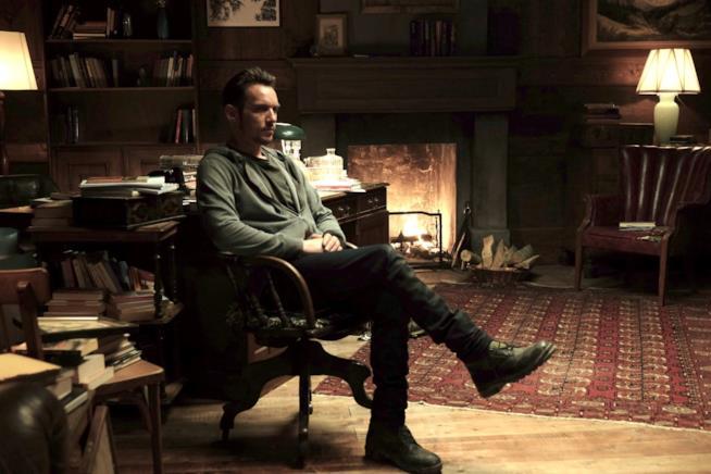 Jonathan Rhys-Meyers siede nello studio di Antonio Banderas sul set di Black Butterfly
