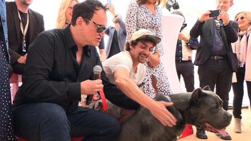 Quentin Tarantino con Sayuri, protagonista di C'era una volta a... Hollywood