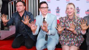 Il cast di The Big Bang Theory con le mani nel cemento per la Walk of Fame di Hollywood