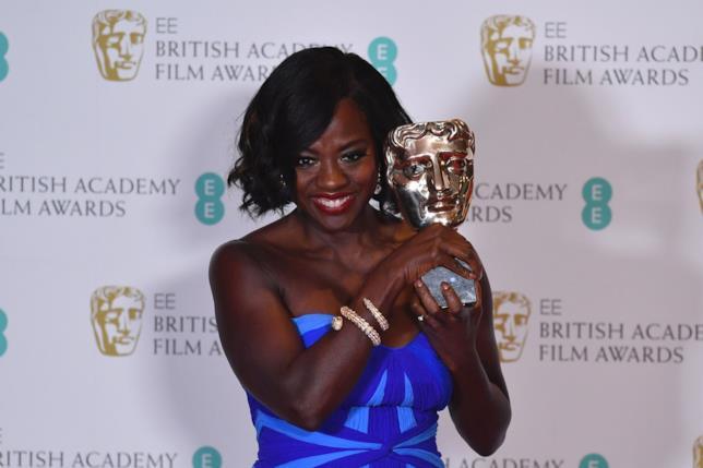 Viola Davis posa con il suo BAFTA per la miglior attrice non protagonista
