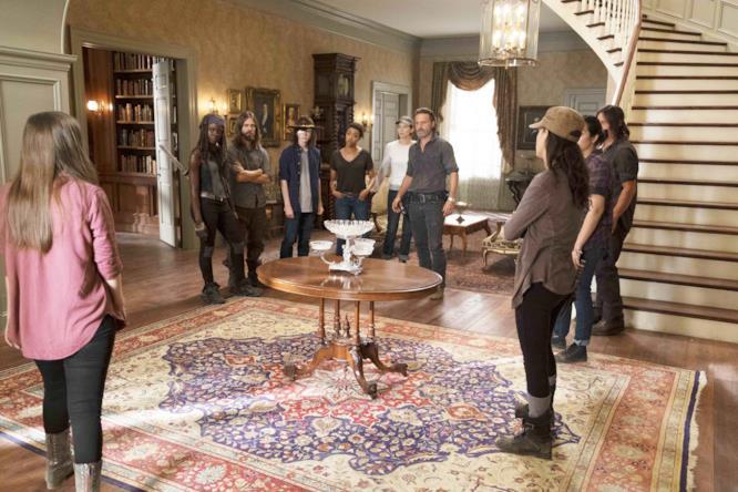 Il gruppo di Rick nel salone di Gregory a Hilltop
