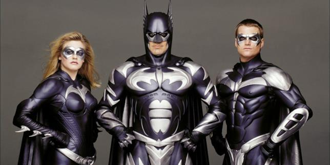 Batman circondato da Robin e Batgirl