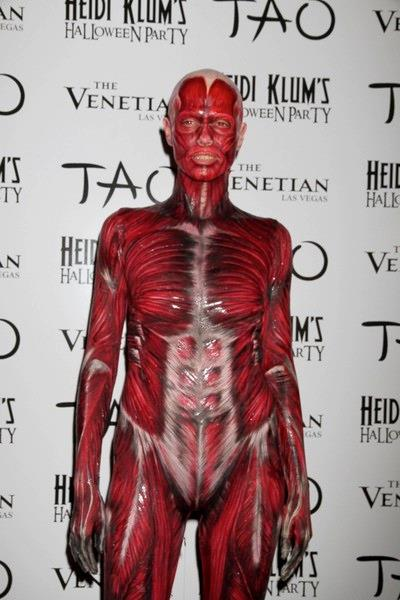 Heidi Klum vestita da creatura senza pelle nel 2011