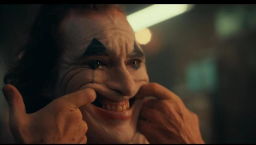Joker forza un sorriso allo specchio