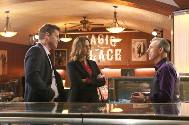 Booth e Bones interrogano un sospettato in La Scimmia Ubriaca