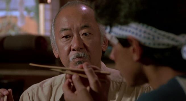 Pat Morita nel suo ruolo più famoso, maestro Miyagi