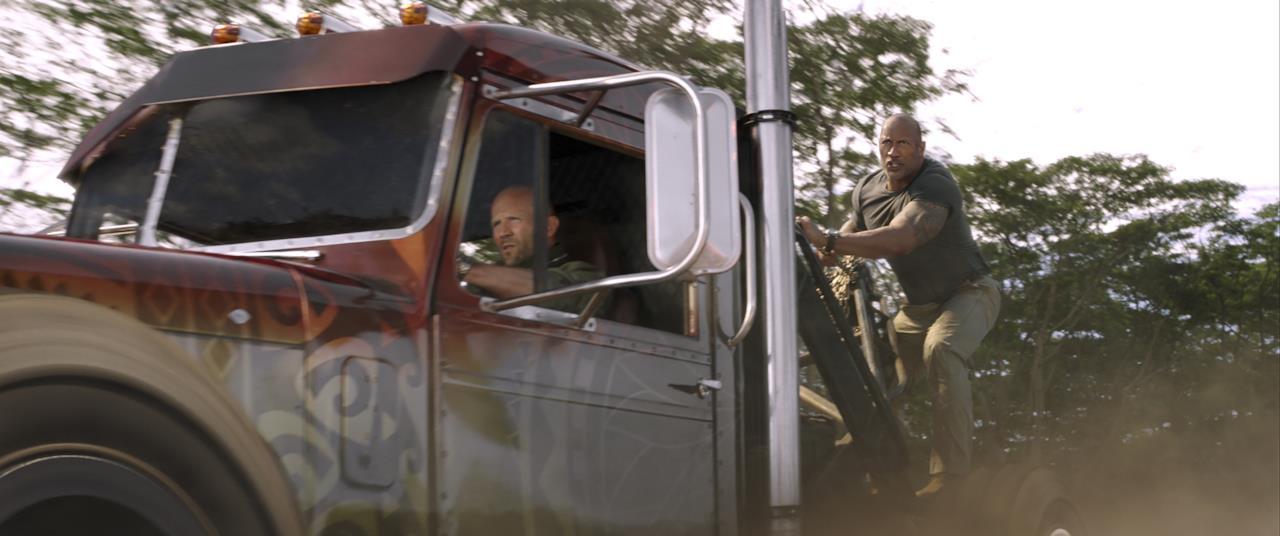 Shaw guida un camion su cui Hobbs si arrampica