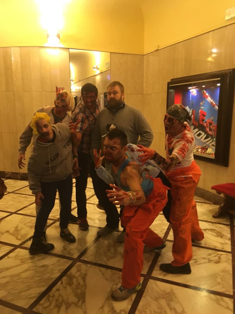 Robert Kirkman circondato dagli zombie al Cinema Astra