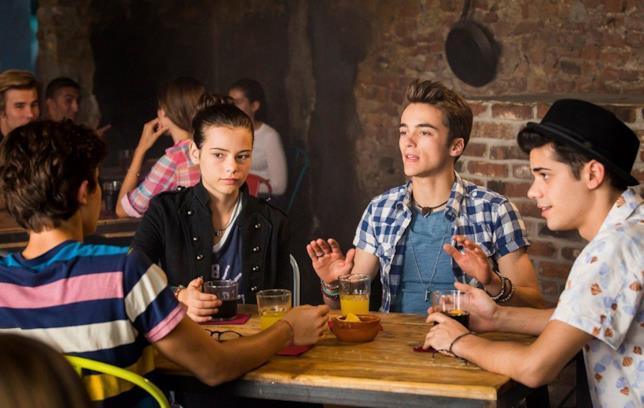 I protagonisti sono seduti al tavolo in una scena tratta dal film