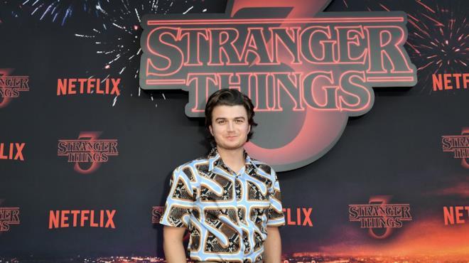 Joe Keery alla prima di Stranger Things 3