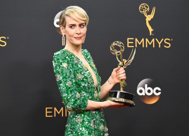 Sarah Paulson impugna orgogliosa il suo Emmy