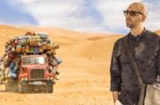 Checco Zalone nel deserto nella locandina di Tolo Tolo