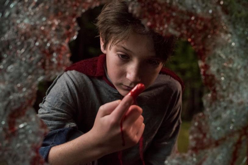Brandon osserva del sangue in L'angelo del male - Brightburn