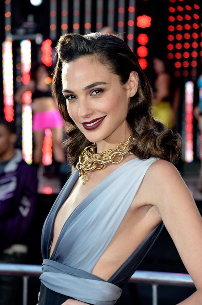 Look da diva del cinema per Gal Gadot, fotografata con un abito sui toni dell'azzurro e una catena d'oro per collana