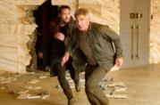 Harrison Ford e Ryan Gosling fuggono durante una scena del film