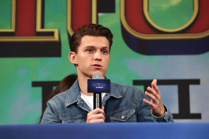 Tom Holland parla al microfono