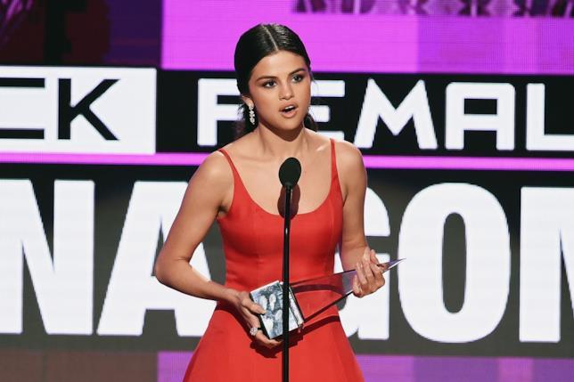 Selena Gomez sul palco degli AMA 2016