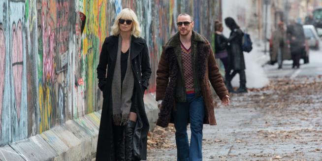 Atomica Bionda, Charlize Theron e James McAvoy in una scena del film