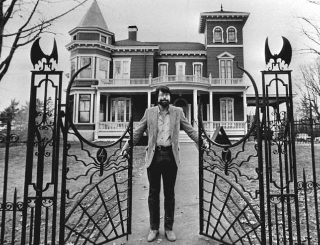 Stephen King davanti al cancello di casa sua